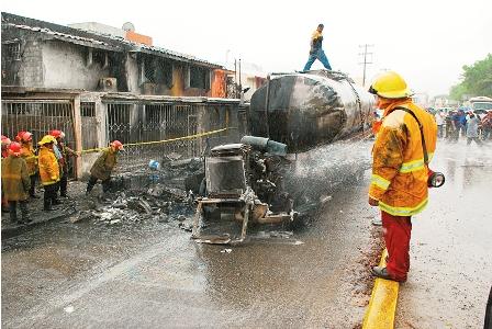 Tres-muertos-al-explotar-camion
