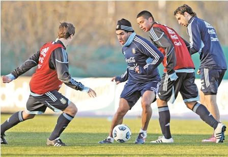 Tevez-acompana-a-Messi-