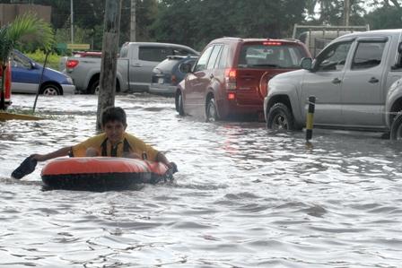 Avenidas-convertidas-en-rios-por-la-lluvia