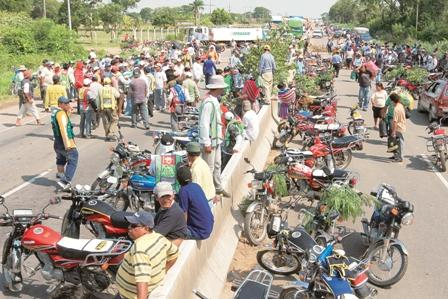 Mototaxistas-bloquean-la-carretera-al-norte