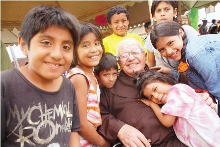 El-padre-Alfredo,-39-anos-junto-a-la-ninez