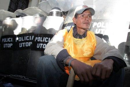 Policia-gasifica-e-impide-ingreso-de-marchista-a-Plaza-Murillo