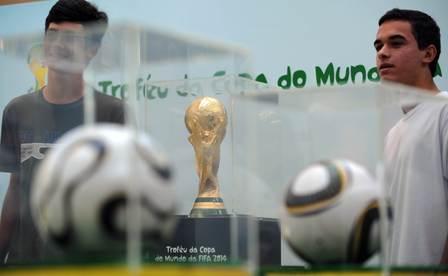 Trofeo-de-Brasil-2014-es-expuesto-en-Rio-