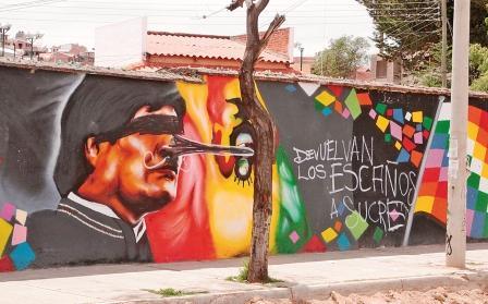 Repudian-detencion-de-joven-que-altero-mural-de-Evo