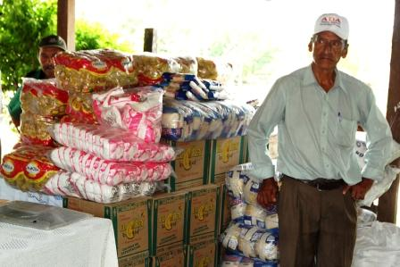 En-Limoncito-y-la-Angostura-alimentan-a-los-ancianos--