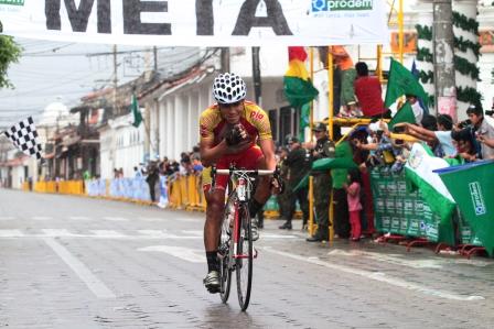 Peruano-pone-su-sello-en-la-Vuelta-a-Bolivia
