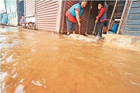 Lluvias-inundan-y-causan--dano-en-mercado-La-Morita
