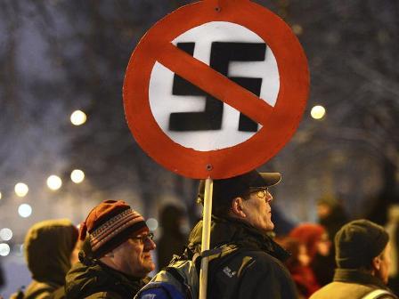 Miles-de-personas-forman-cadena-humana-para-impedir-manifestacion-neonazi