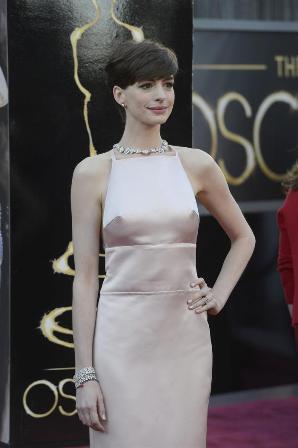 Anne-Hathaway-se-disculpa-por-su-cambio-de-vestido-en-los-Óscar