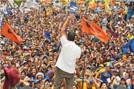 Maduro-y-Capriles-en-una-campana-llena-de-insultos