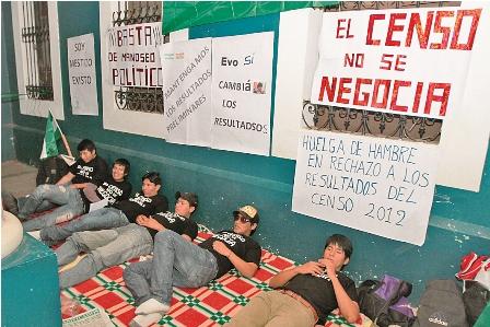 Diez-jovenes-ingresan-en-huelga-de-hambre