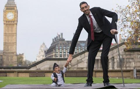 -El-hombre-mas-alto-y-el-mas-bajo-del-mundo-se-reunen-en-Londres-