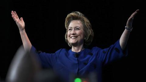 Lanzan-un-zapato-a-Hillary-Clinton-durante-discurso-