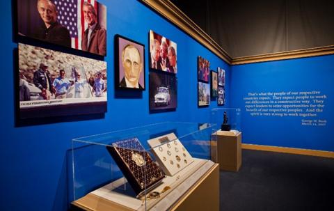 George-W.-Bush-expone-retratos-de-lideres-mundiales-