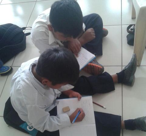 Padres-se-movilizan-por-mobiliario-escolar-
