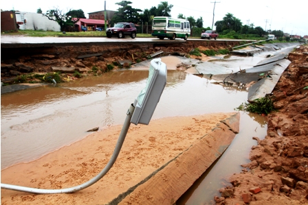 Lluvia-destruye-dos-canales-de-drenaje