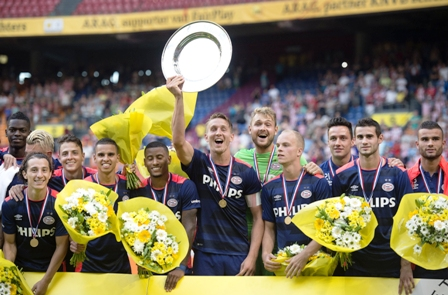 El-PSV-levanta-su--decima-supercopa