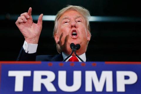 Lanzan-tomates-a-Donald-Trump-durante-discurso-