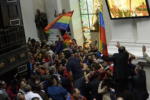 Grupos-chavistas-irrumpen-en-el-Parlamento-en-debate-sobre-revocatorio