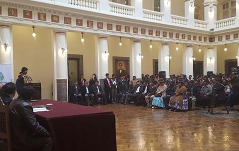 Gobierno-firma-credito-por-$us-77-millones-con-el-BID-para-saneamiento-del-lago-Titicaca