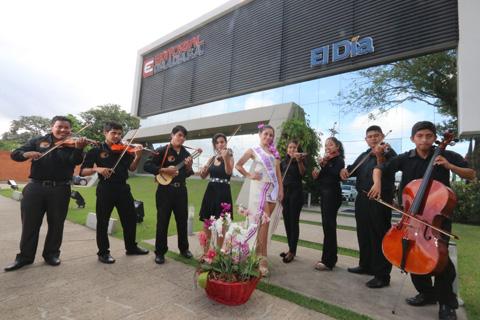 La Orquesta Municipal y la Reina de Concepción visitaron El Día. (Foto. Lesly Moyano)