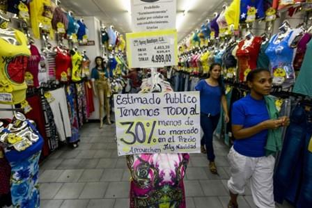 Maduro-ordena-que-comercios-rematen-la-ropa