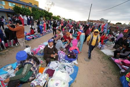 Comerciantes-informales-invaden-ferias-y-mercados