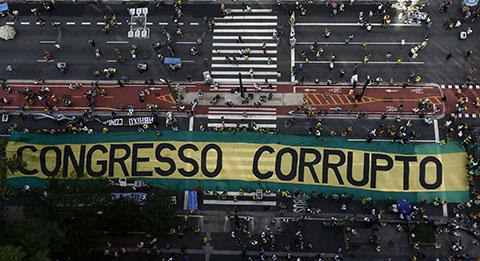 Miles-de-brasilenos-protestan-contra-la-corrupcion-politica