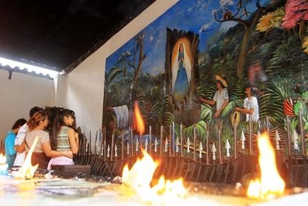 Restringen-los-camping-en-la-plaza-e-iglesia-de-Cotoca