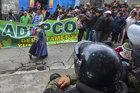 Cocaleros-realizan-bloqueos-en-la-ruta-La-Paz---Los-Yungas