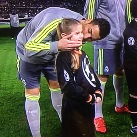 El-tierno-gesto-de-Ronaldo-con-la-nina-que-salio-al-campo