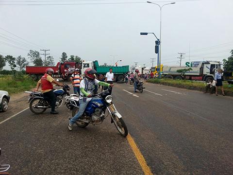 Tranportistas-por-segundo-dia-mantienen-bloqueados-los-accesos-a-Santa-Cruz