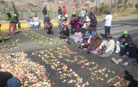 Discapacitados-hacen-alfombra-de-flores-frente-a-la-residencia-presidencial-y-piden-reunirse-con-Evo