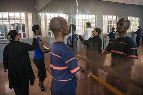 El-ballet-hace-su-debut-en-los-barrios-pobres-de-Sudafrica