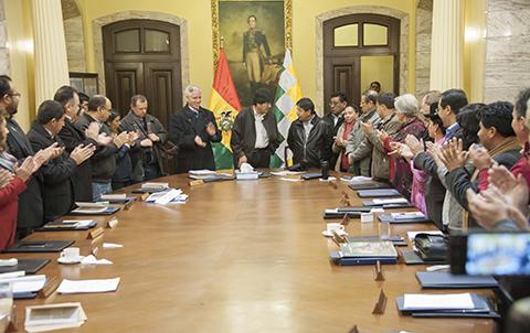 Evo-recibe-a-la-comitiva-que-viajo-a-los-puertos-y-analiza-acciones-juridicas-contra-Chile