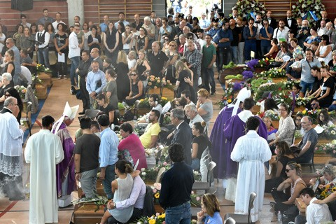 Italia-entierra-a-las-victimas-del-sismo