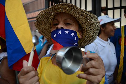 Al-golpe-de-cacerolas,-opositores-venezolanos-exigen-revocatorio-contra-Maduro