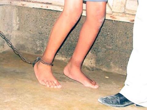 Encuentran-un-nino-que-era-obligado-a-vivir-encadenado-en-Cochabamba-