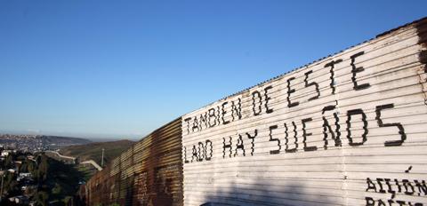 Trump-firmo-el-decreto-para-construir-el-muro-con-Mexico