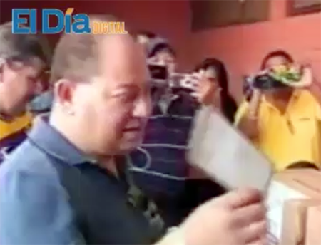 Abuchean-al-ministro-Carlos-Romero-cuando-acude-a-emitir-su-voto