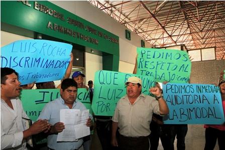 Trabajadores-protestan-por-despidos-masivos