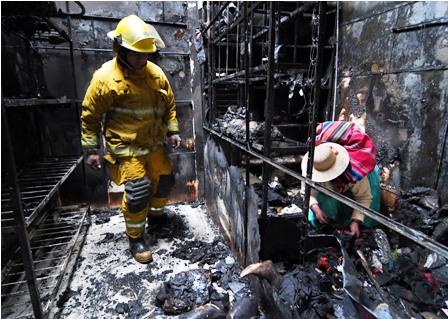 Un-incendio-destruye-casetas-de-un-mercado