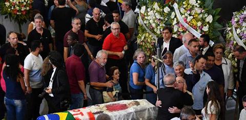 Expresidente-Lula-vela-a-su-esposa-acompanado-de-ciudadanos-e-izquierda-brasilena