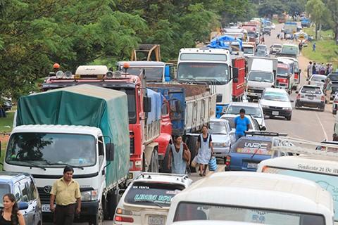 Pobladores-de-El-Torno-bloquean-carretera-antigua-a-Cochabamba