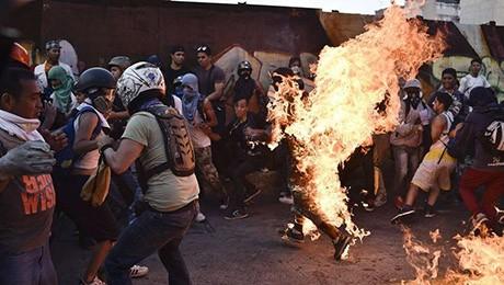 Maduro-acusa-a-opositores-de-quemar-a-joven-durante-las-protestas