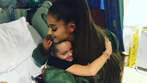 Ariana-Grande-visita-a-fans-heridos-en-su-concierto-en-Manchester