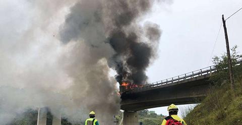 Fallece-el-conductor-de-un-trailer-tras-caer-por-un-puente-en-Onton