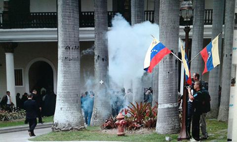 Presuntos-seguidores-de-Maduro-irrumpen-con-violencia-en-el-Parlamento-y-hieren-a-diputados