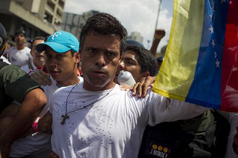 Leopoldo-Lopez-sale-de-la-carcel-y-queda-bajo-arresto-domiciliario