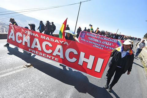 Civico-de-Achacachi-llama-ebrios-de-poder-a-ministros